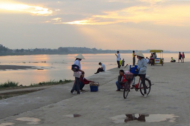 Vientiane 5 pm Mekong view